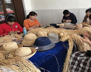 台湾企业甘肃授草帽编织技艺 贫困妇女可居家增收