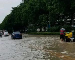 广东暴雨致行人触电身亡 市民问责市政建设