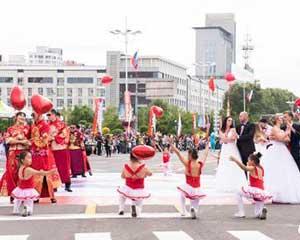 中俄民众相聚边城黑河参加花车巡游狂欢
