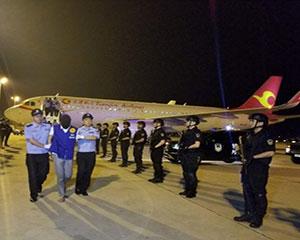 天津公安机关从印度尼西亚押解105名电信网络诈骗犯罪嫌疑人回国
