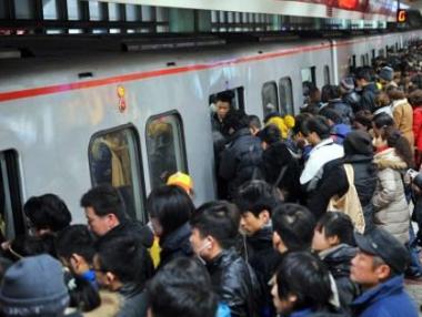 中国流动人口规模达2.4亿 平均月收入超4500元